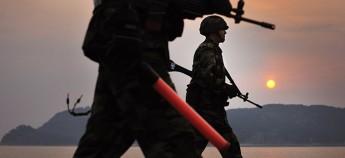 在朝韩之间西海南北海上军事分界线的延坪岛上,用肉眼就可以看到朝鲜(图片取自韩国国防部网站)