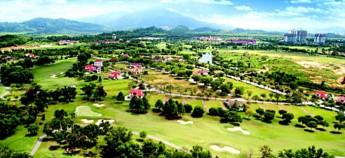 爱化摩沙渡假村(A Famosa)在四周环绕着翠绿的山丘及葱翠的郊区。