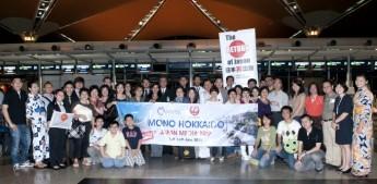 """蘋果旅游与日航联办的 """"日本北海道5天3夜""""旅行团于本月12日出发,此旅行团团员当中有30多位游客,2名媒体代表和蘋果旅游工作人员。"""