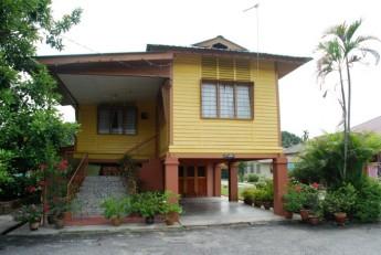 村里多是传承了几代,并经修复过的传统马来高脚屋。