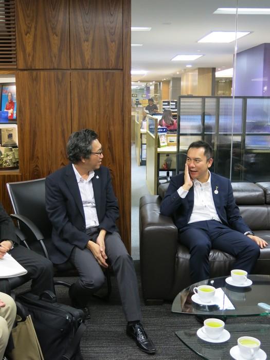 铃木 英敬和Koh san会面商讨合作事宜。
