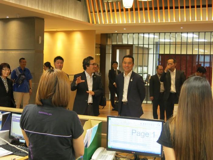 铃木 英敬率领众要员一同前来观摩交流。