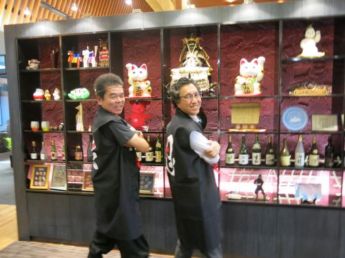Koh san穿上忍者装束与大伙拍照留念。