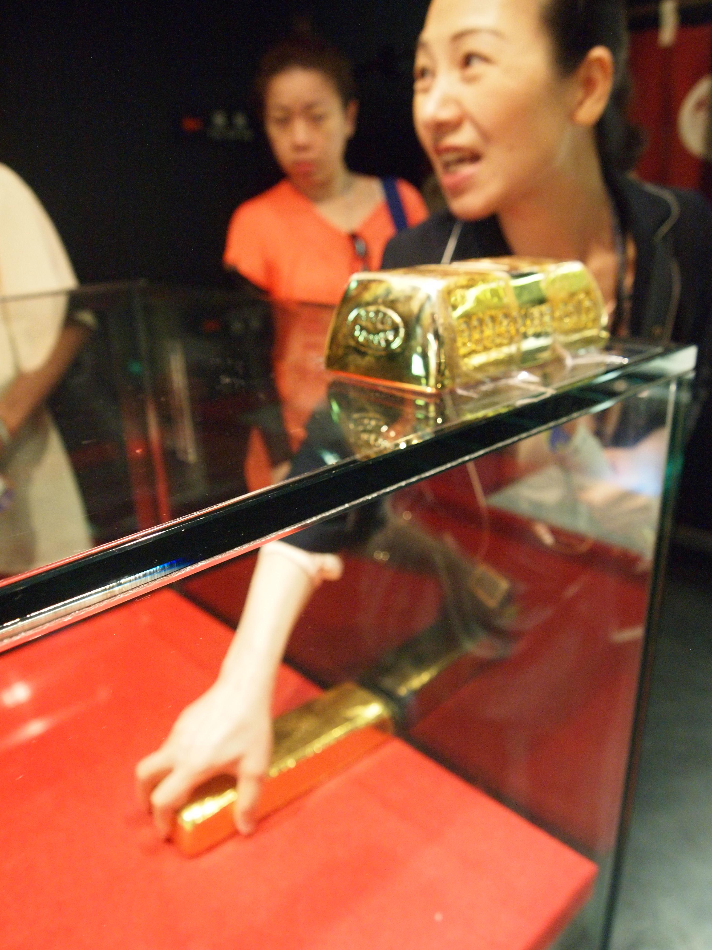 旅客可在资料馆尝试抓金砖,如果有人能将它从玻璃箱子取出重达12.5公斤的金块,将可获得奖品!