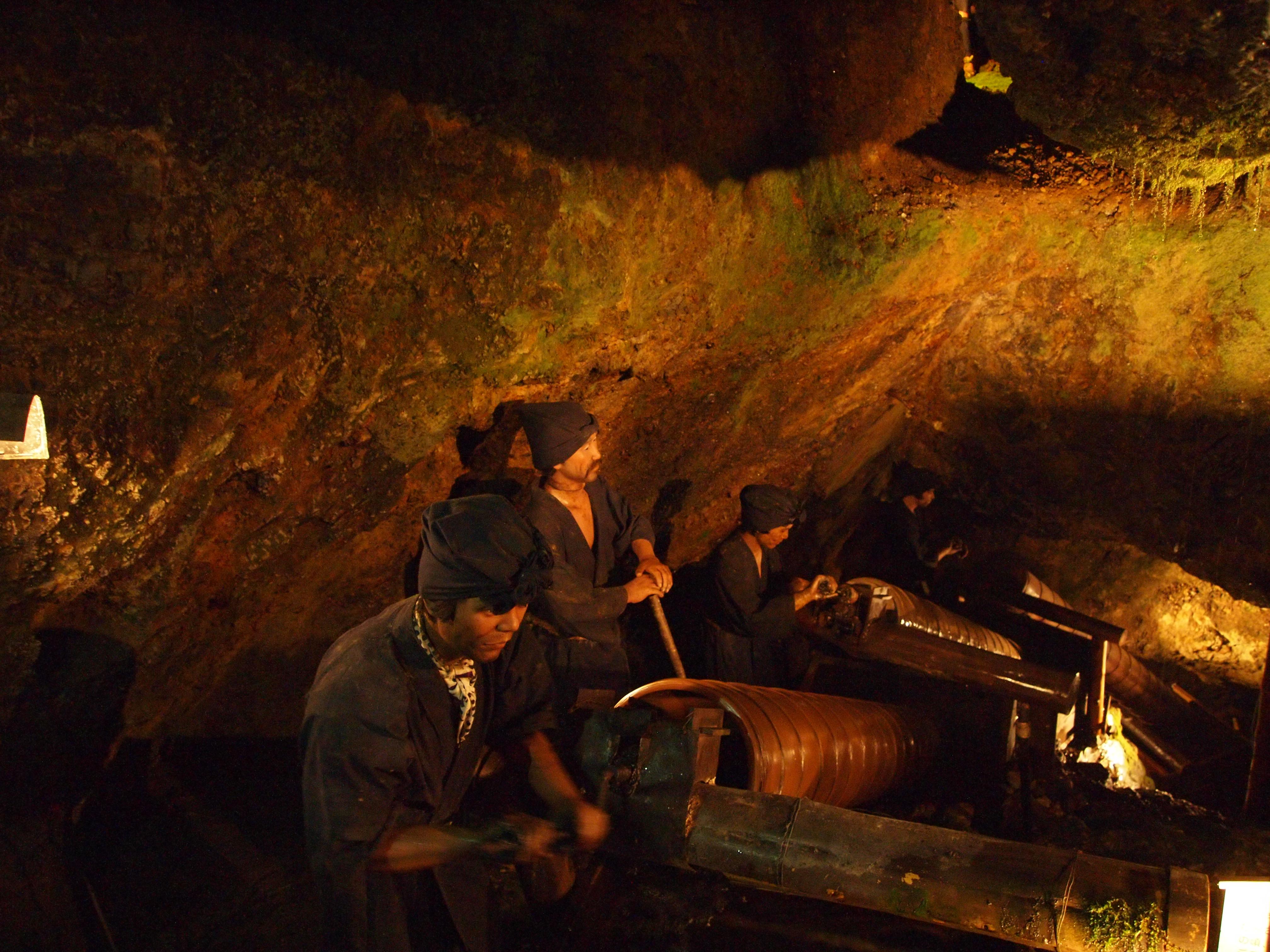 机器人矿工逼真重演当年采矿时的情景。
