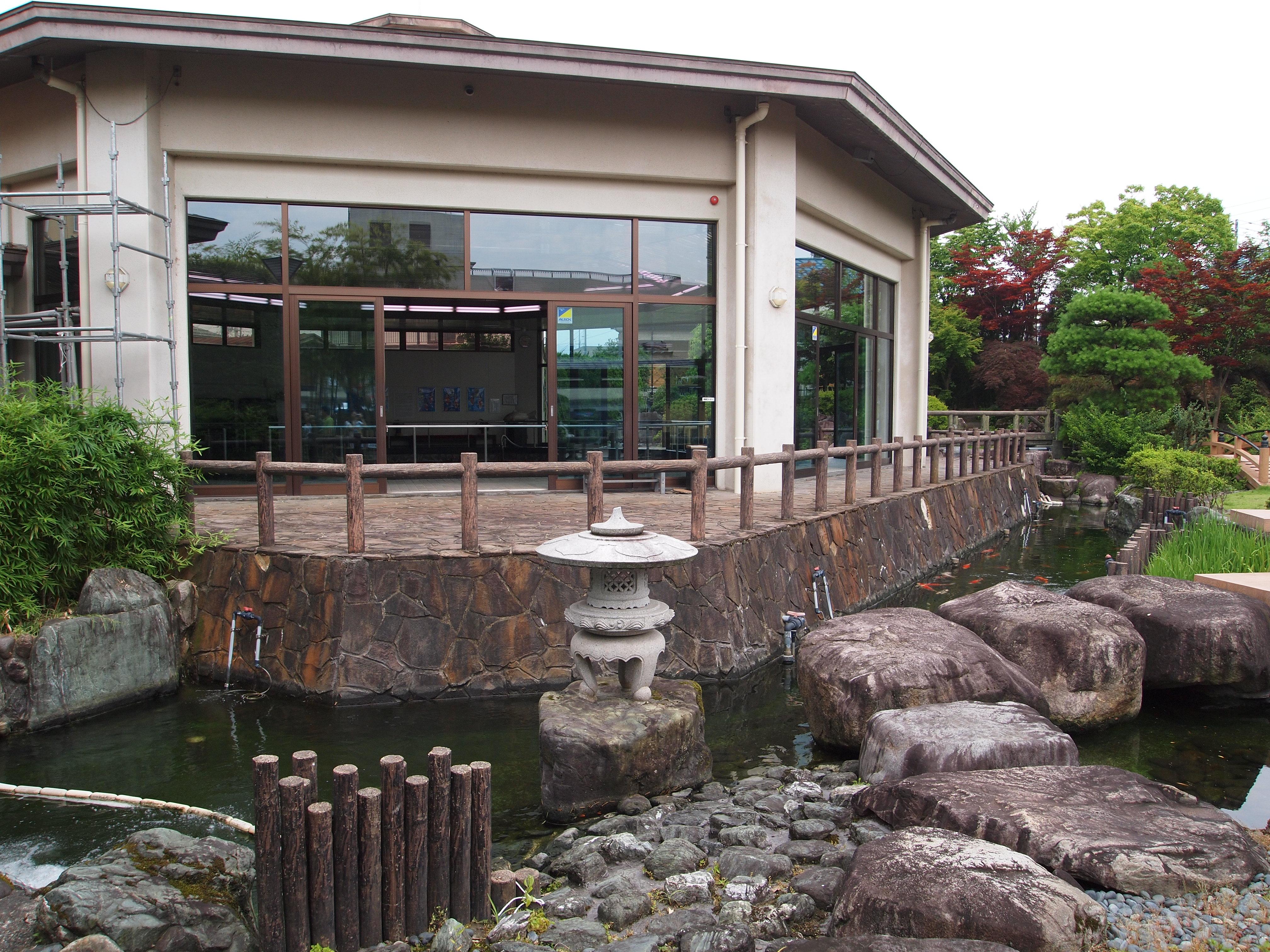 夏天的日本庭院凉风习习,非常适合休闲赏鱼;不过每逢冬季来临,既十二月至四月期间,因为下雪暂时关闭。