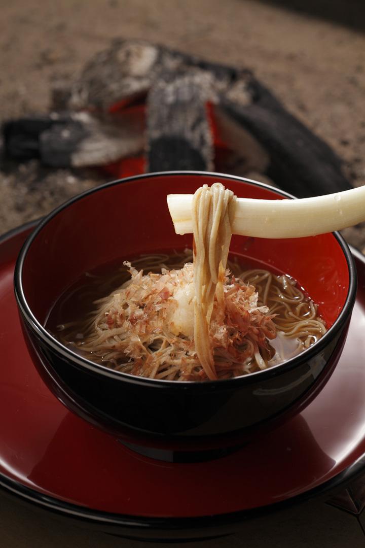 不妨来这里试试看用长葱代替筷子吃荞麦面。