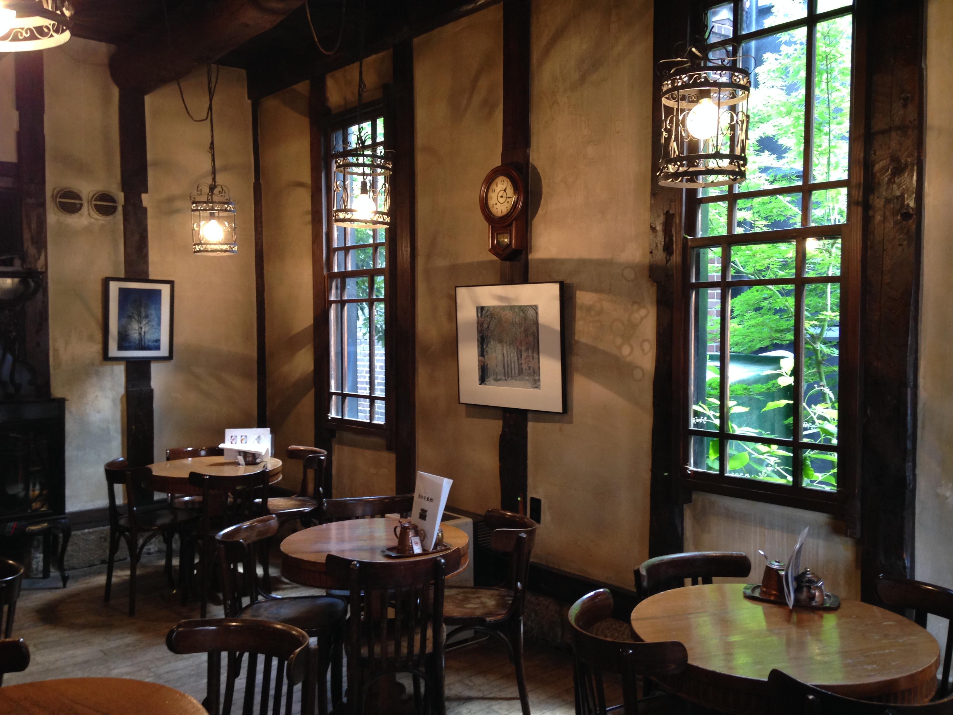 咖啡馆的环境洋溢着旧英伦的气息。