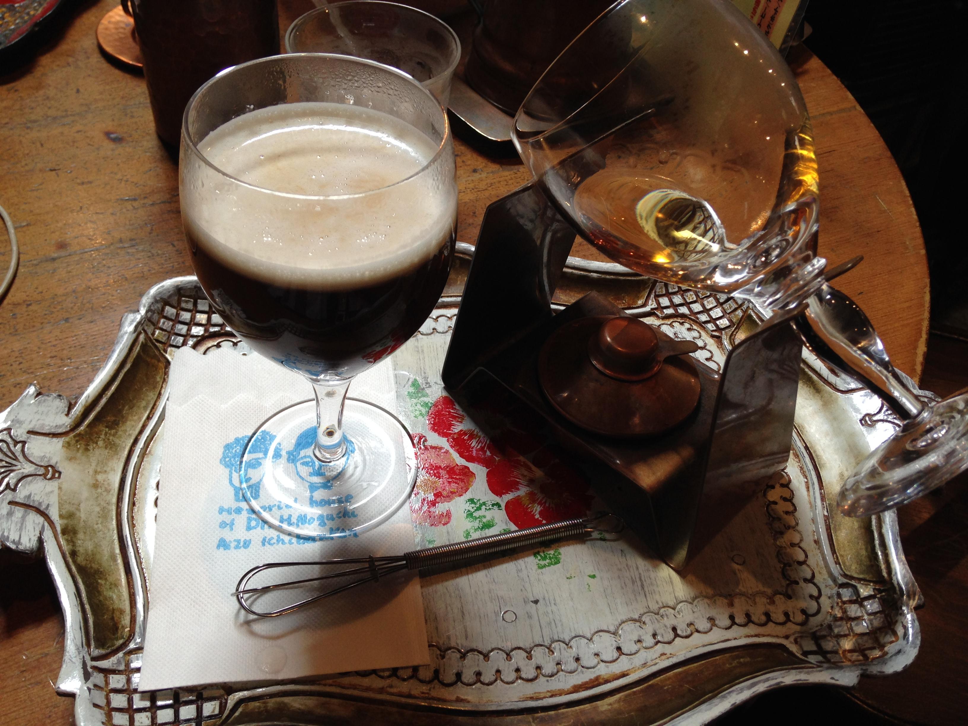 服务生端上的酒精咖啡,摆设得像一盘艺术品。