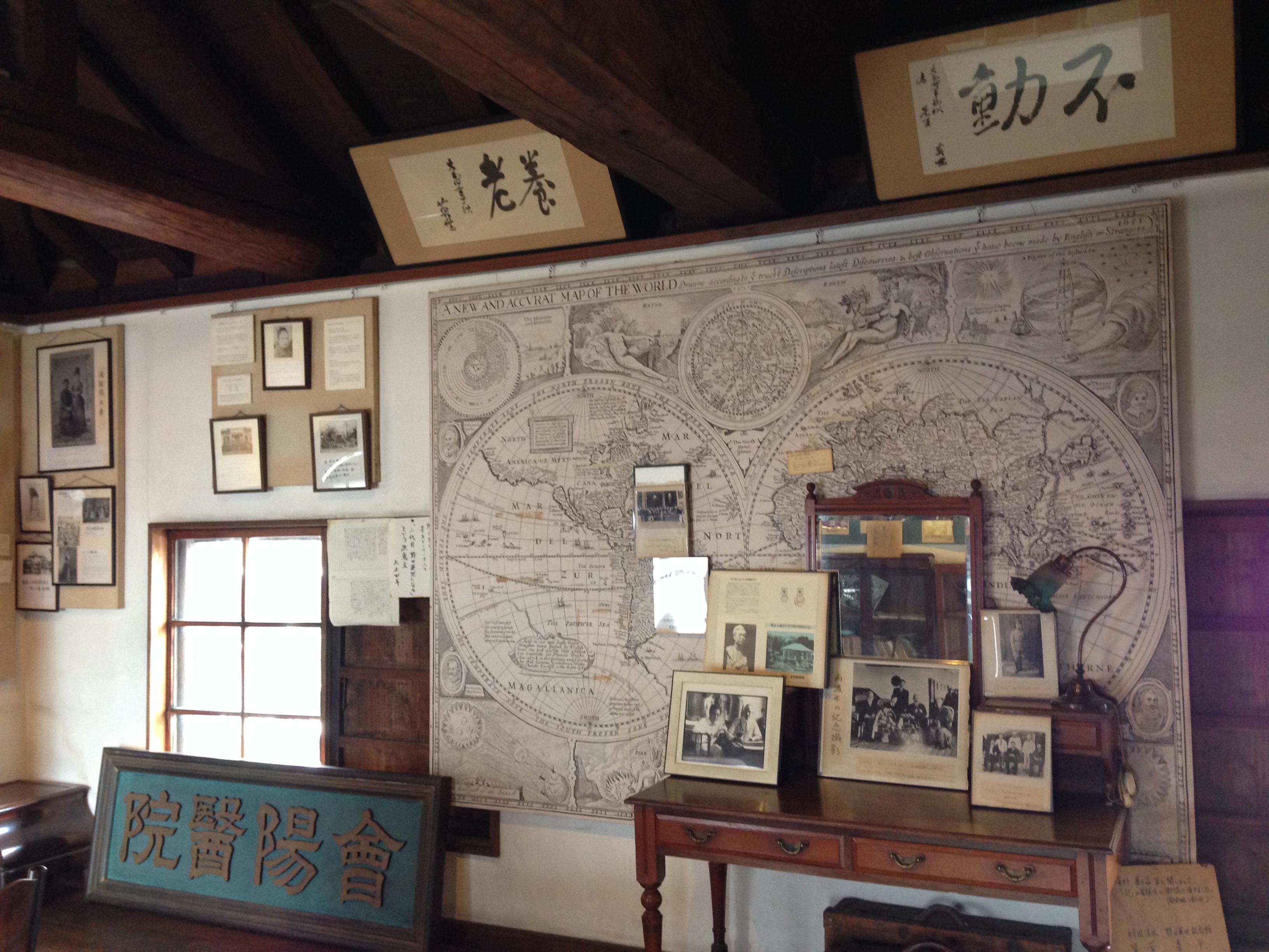 咖啡馆的纸巾上印有野口英世和渡部鼎可爱的卡通画像。