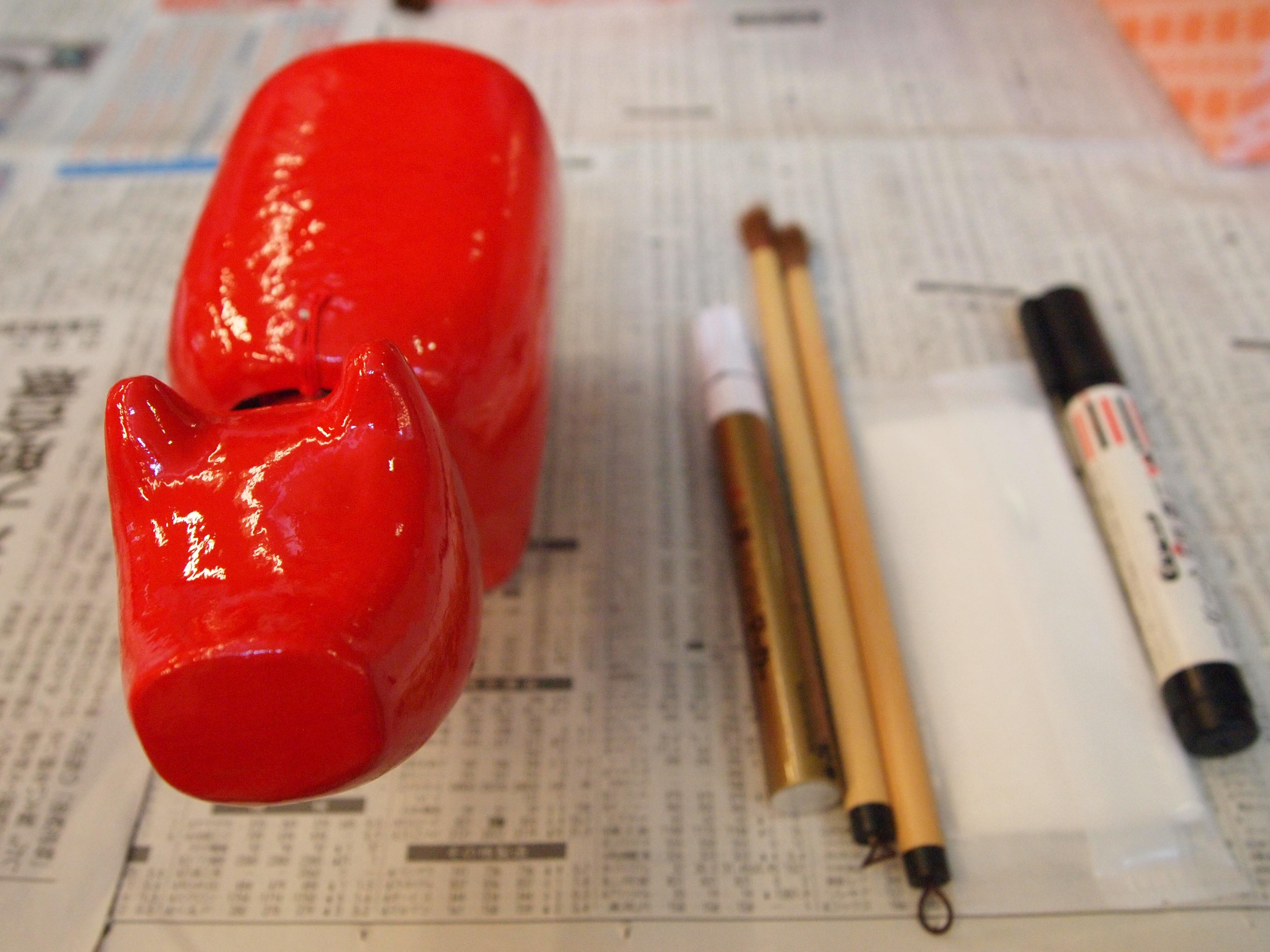 红牛彩绘体验时,工作人员会为你准备的材料包括,毛笔、颜料、金漆笔、黑墨笔和湿纸巾。
