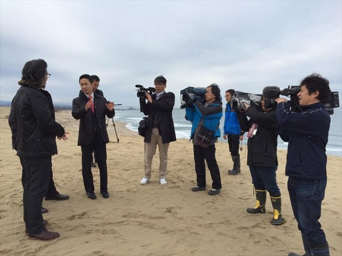 在沙丘上接受媒体采访。