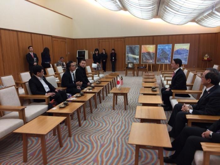 Koh san(左中)率领蘋果要员与鸟取县知事平井 伸治(右)会面。