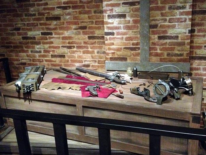 一旁的桌上还放着战斗器具。