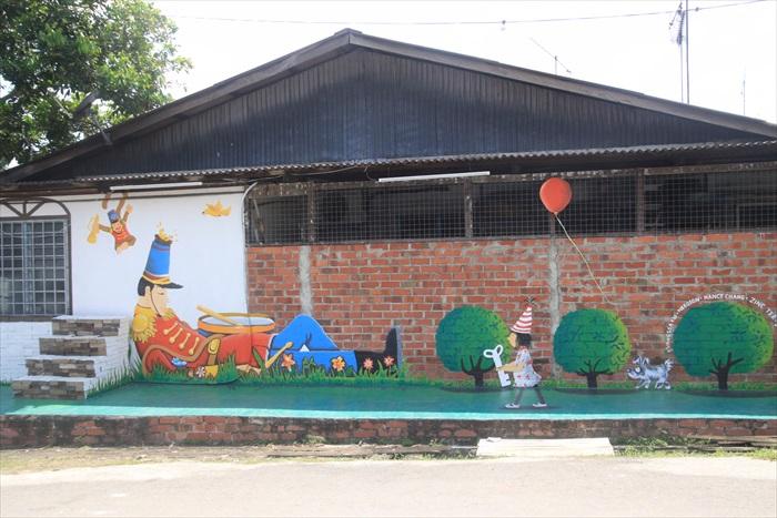 小时候脑海里往往出现大人国的童话世界,这画面鼓励小朋友勇敢创作,用艺术表达心目中的童话世界。