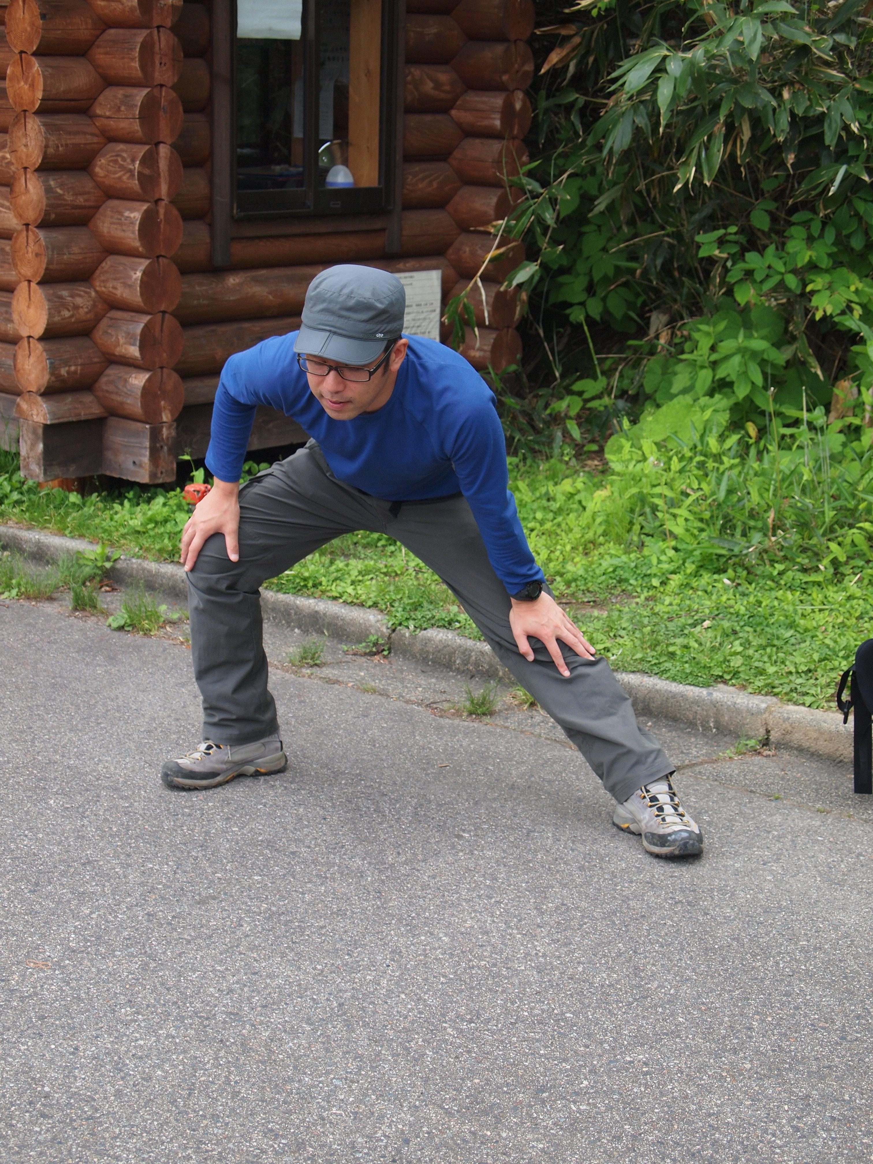 旅客登山前,除了要做好热身运动外,背包内必备运动饮料、充饥的干粮、雨衣等。
