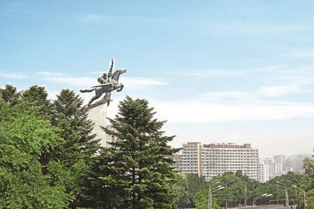 千里马铜像矗立万寿台的兵岗上。