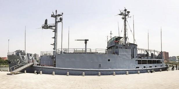 """""""普韦布洛""""号停放在平壤的大同江畔,作为博物馆用途。"""
