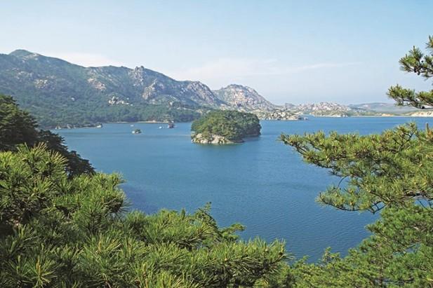 三日浦是一潭由36座山峰屏风一样环抱起来的湖水。