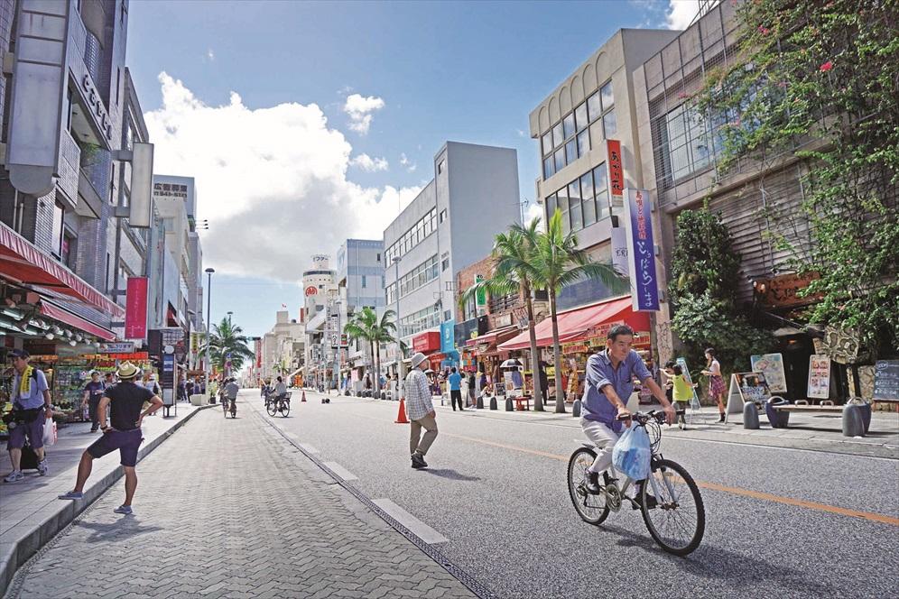 周末,国际通大道的马路变成步行街。