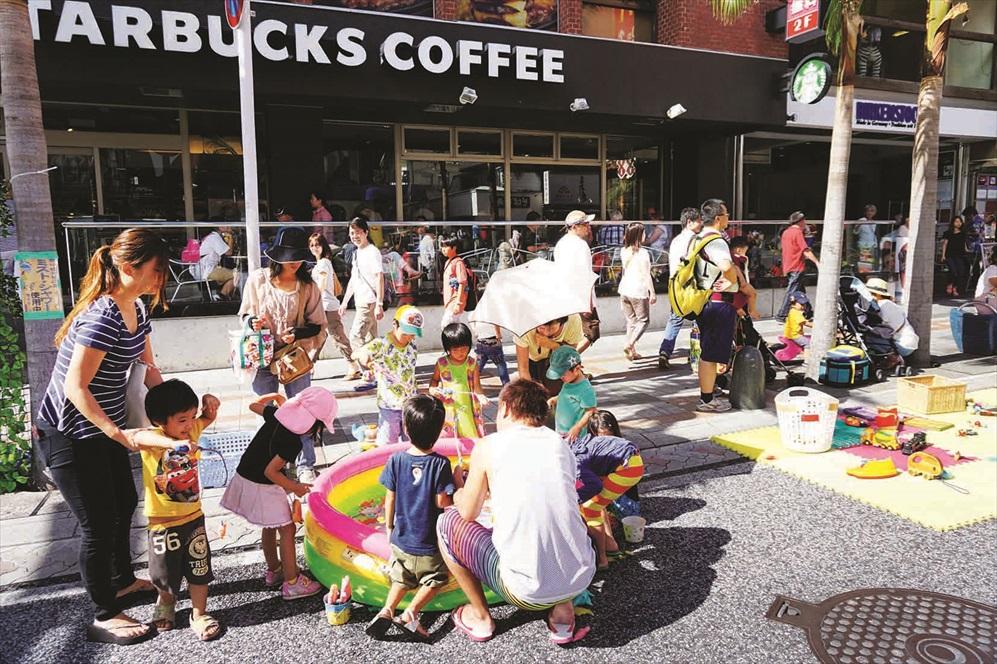 马路铺上小孩们的游戏垫,大家可放心在此玩耍。