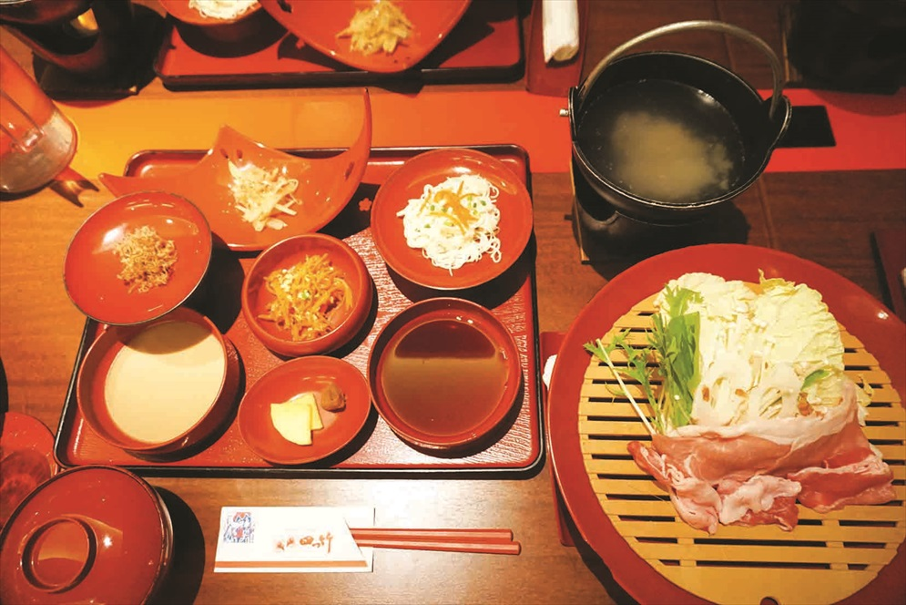 你可以品尝以岛上食材调理的冲绳王朝传统美食。