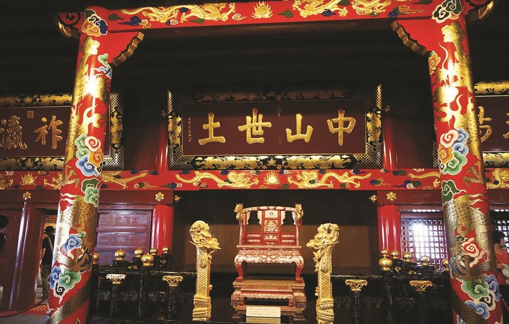 """此匾额""""中山世土""""为清康熙皇帝所赐,显示出过去琉球和中国的紧密贸易关系。"""