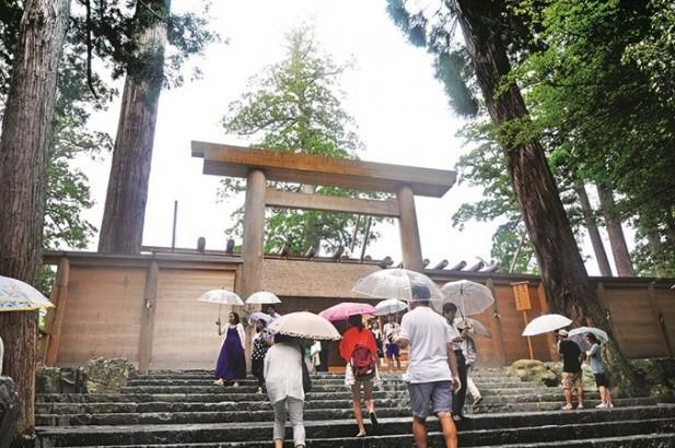 很多人都会来到正宫参拜祈求平安健康。