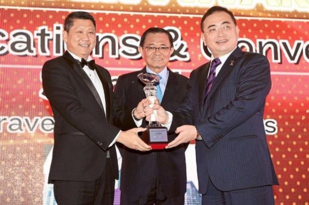 Recognised: Apple Vacations & Conventions Sdn Bhd group managing director Dato'Sri Lee Ee Hoe (left) receiving the Silver award under the 'Best Brand' category from Star Publications (M) Bhd chairman Datuk Fu Ah Kiow (centre) and Minister in the Prime Minister's Department Datuk Dr Wee Ka Siong at The Star Business Awards (SOBA) 2014.