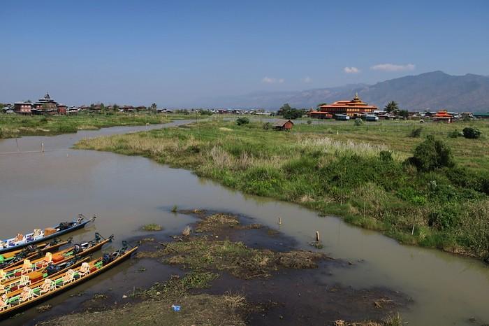 茵萊湖沿岸,是一些富有缅甸建筑风格的木造房子。