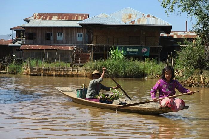 当舢舨船进入了幽禁小水道时,湖水开始清澈,而且水草丛生。