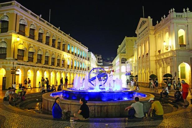 夜晚,许多人坐在喷水池旁聊天、放空。