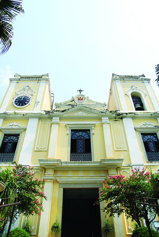 圣老楞佐堂耸立于高台之上,周围绿树环绕,清幽怡人。
