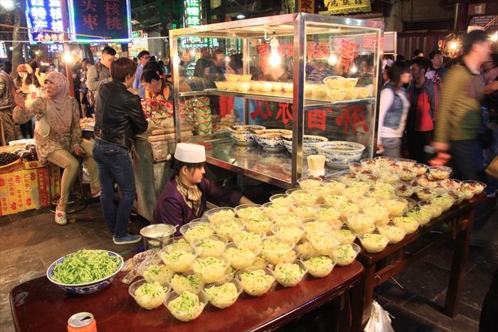 麻酱凉皮是当地普遍的小吃。