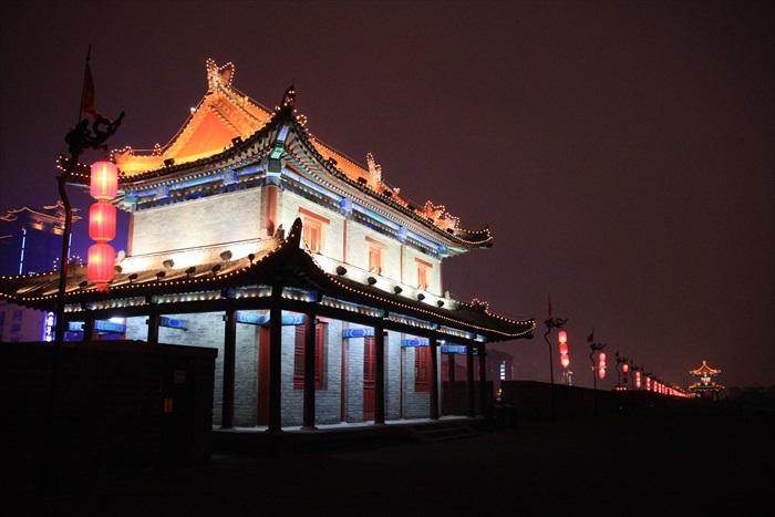 西安城墙约有3个车道般的宽度。