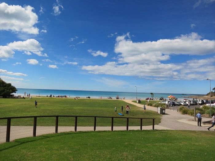 青青草原、蓝色海洋、风和日丽的秋风......悠闲的澳洲人吧这里当着退休的乐园,并体验丰富多彩的活动,如冲浪、潜水和海上皮划艇等户外活动。