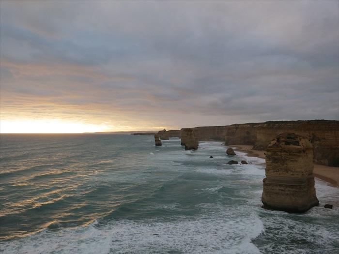 海风掀起白色浪涛,急速强劲,它们就是凿壁开山的威力工匠啦!