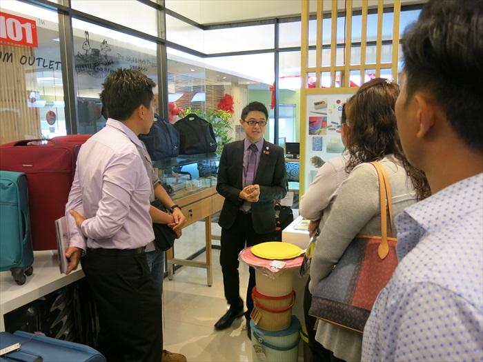 蘋果101执行董事黄引辉向大伙讲解礼品兑换系统。