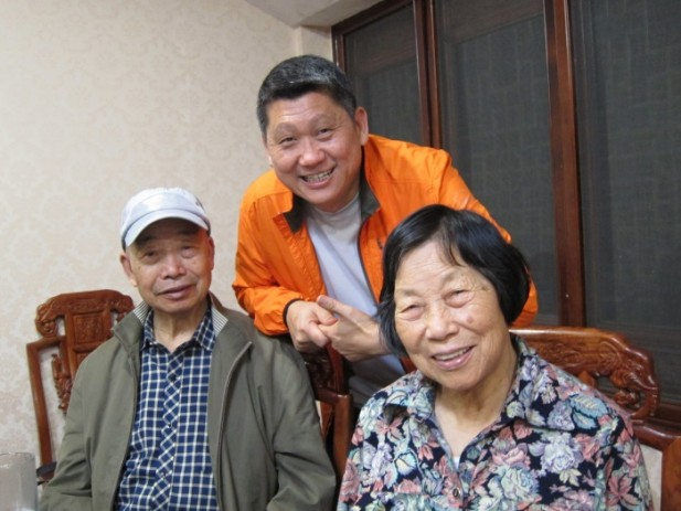 """华师父告诉李桑:""""心境没有放松,所以动不了经脉,哪来修炼!"""",右边是华师父的太太。"""