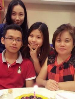 谢洁儿(中) APPLE101行政兼会计 与妈妈(右)