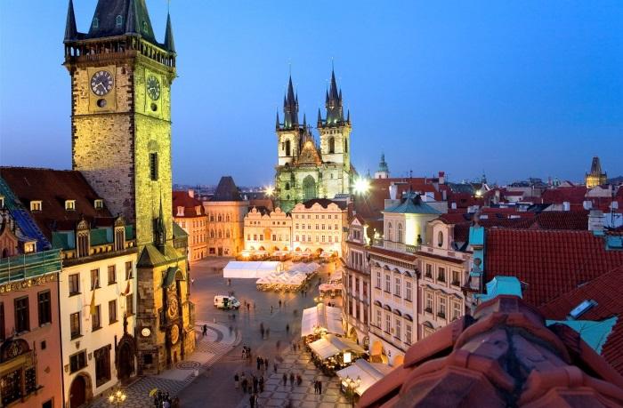 感受布拉格与彩灯的夜景之美