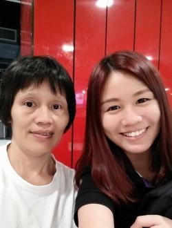 李淑娴(右) APPLE101广告与宣传助理 与妈妈
