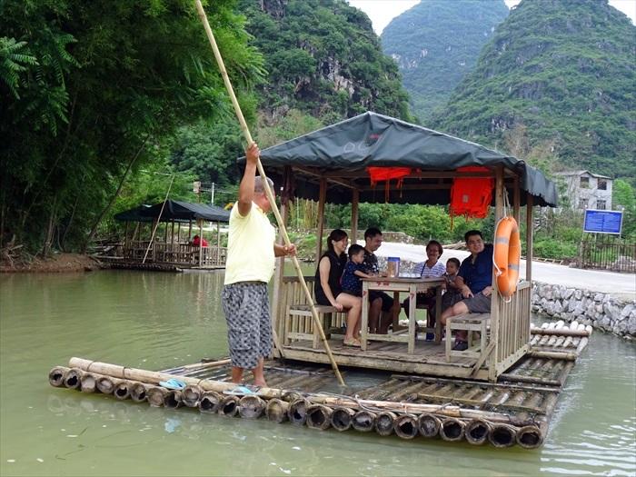 一家人乘坐在木筏里,其实感觉蛮有趣的。