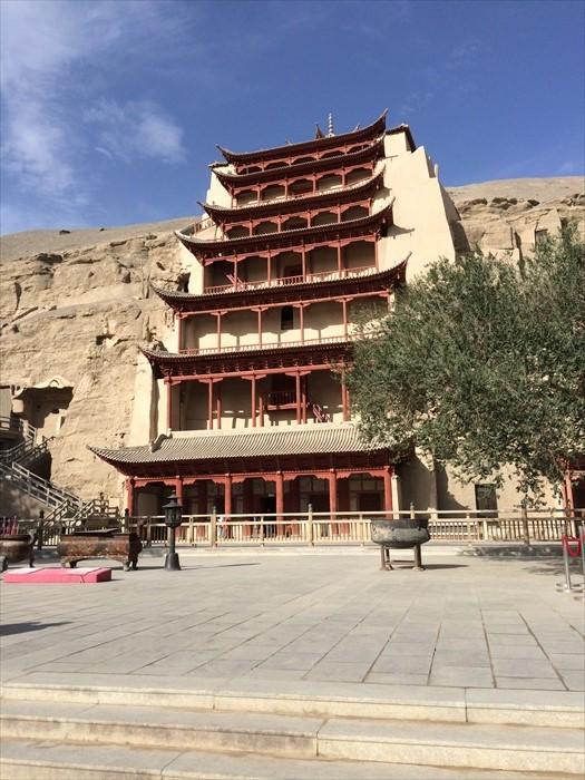 莫高窟是中国四大石窟之首,是中国现存石窟艺术宝库中规模最大、内容最丰富的一座。