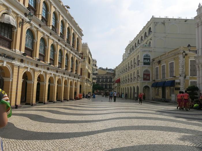 议事厅前地,至今前地一直是澳们的市中心,两边建筑建于19世紀末20世紀初。