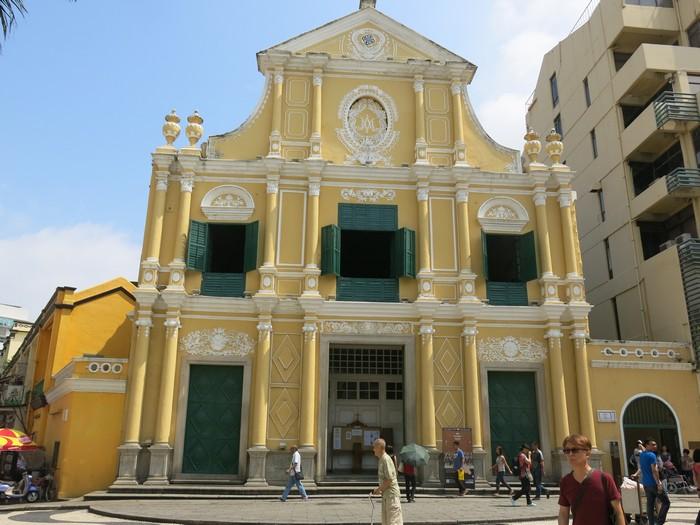 玫瑰圣母堂,坐落在议事亭前地末端,位处板樟堂前地,于1587年建造。