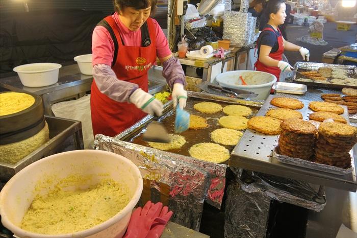 这是当地人非常喜欢的黄豆煎饼。
