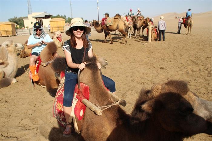 怎能不亲身体验在沙漠骑骑骆驼呢?