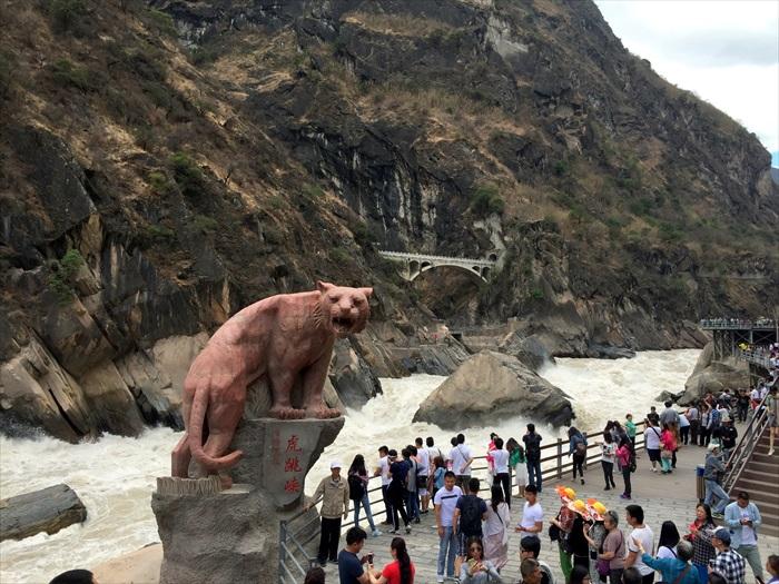 充分展现险峻为何物的虎跳峡,是相当有名的景点。