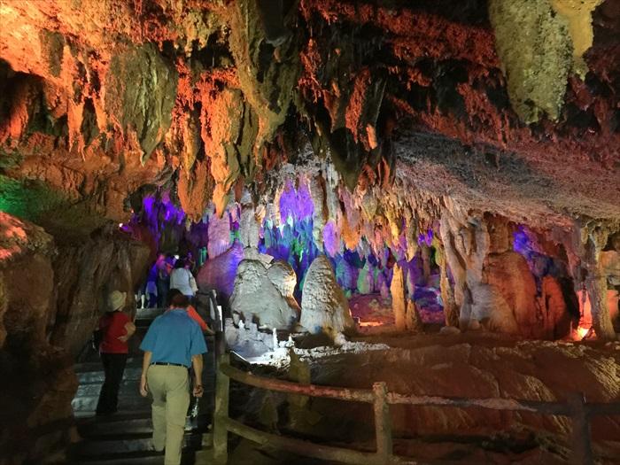钟乳石和灯光营造梦幻般地洞景致。